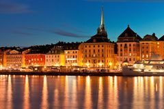 Het landschap van de nacht van de Oude Stad in Stockholm, Zweden Royalty-vrije Stock Fotografie