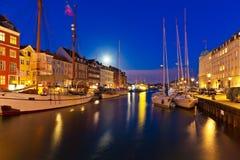 Het landschap van de nacht van Nyhavn in Kopenhagen, Denemarken Royalty-vrije Stock Foto's