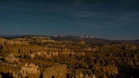 Het landschap van de nachtberg met sterslepen in Bryce Canyon, de V.S. 4K tijdtijdspanne stock footage