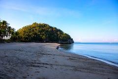 Het landschap van de ochtendkust met strand en overzees Nog zeewater in zonsopganglicht Roze en blauwe zonsopganghemel stock foto's
