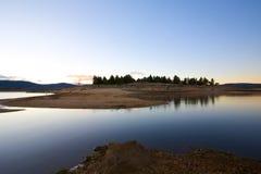 Het landschap van de oever van het meer bij dageraad Stock Afbeelding