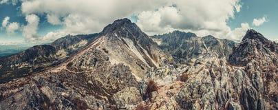 Het landschap van de panoramaberg tegen blauwe wolkenhemel Stock Afbeeldingen