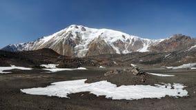 Het landschap van de panoramavulkaan van het Schiereiland van Kamchatka royalty-vrije stock foto's