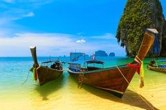 Het landschap van de reis, strand met blauw water stock afbeeldingen