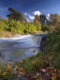Het landschap van de rivier met dalingen in de herfst Stock Afbeeldingen