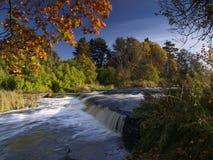 Het landschap van de rivier met dalingen in de herfst Stock Foto's