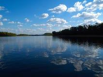 Het landschap van de rivier met denkt na Stock Afbeelding