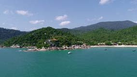 Het landschap van de schoonheidsaard met strand, overzees en wildernis op Thailand Hommelvideo 4K stock footage