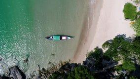 Het landschap van de schoonheidsaard met strand, overzees en wildernis op Thailand Hommelvideo 4K stock video