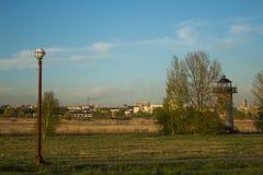 Het landschap van de Siberische stad in het park is verfraaid met een baken Stock Foto's