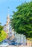 Het landschap van de stad Huis met een spits het Stalinist classicisme Stock Fotografie