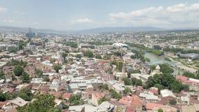 Het landschap van de stad Mening van de stad van Tbilisi van een hoogte - Georgië stock footage
