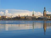 Het landschap van de stad met grote wolken Stock Afbeeldingen