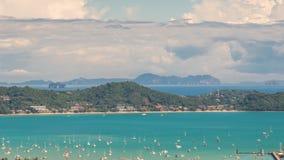 Het landschap van de Timelapsemening van Ao Chalong baai en stads overzeese kant in Phuket-Provincie, Thailand stock video