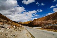 Het Landschap van de wegberg in de aandrijving van het xizangtoerisme stock afbeeldingen