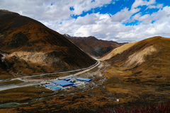 Het Landschap van de wegberg in de aandrijving van het xizangtoerisme stock afbeelding