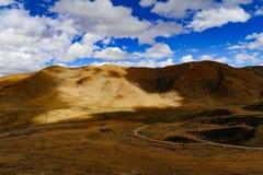 Het Landschap van de wegberg in de aandrijving van het xizangtoerisme stock foto