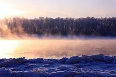 Het landschap van de winter. Ademhaling van de rivier. royalty-vrije stock afbeeldingen