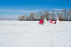 Het landschap van de winter - fishermans tenten op een rivier Stock Afbeelding
