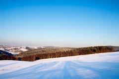 Het landschap van de winter met blauwe hemel Royalty-vrije Stock Foto's