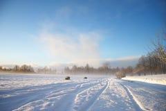Het landschap van de winter met donkere wolken die over hemel komen Royalty-vrije Stock Afbeelding