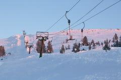 Het Landschap van de winter met het Slepen van de Kabel tot de Bovenkant van de Berg Stock Foto's