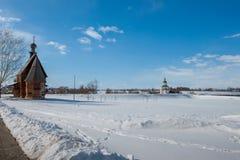 Het landschap van de winter met kerk stock afbeelding