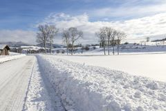 Het landschap van de winter De winterweg en bomen met sneeuw wordt behandeld die royalty-vrije stock afbeeldingen