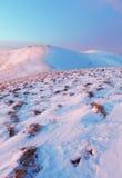 Het landschap van de winterbergen met blauwe hemel in zonnige dag Royalty-vrije Stock Foto