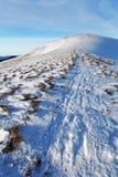 Het landschap van de winterbergen met blauwe hemel in zonnige dag Royalty-vrije Stock Afbeeldingen