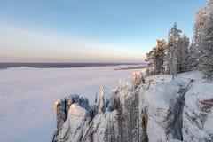 Het landschap van de winterbergen met bomen en blauwe hemel stock foto