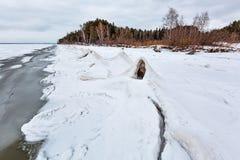 Het landschap van het de winterijs op de rivier De Ob-Rivier, Siberië Stock Foto's