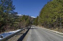 Het landschap van het de winterpanorama van pijnboom en vergankelijk bos met weg in Vitosha berg Royalty-vrije Stock Afbeelding