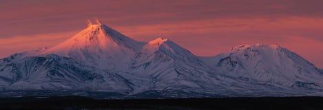 Het landschap van het de winterpanorama van vulkanen van het Schiereiland van Kamchatka bij zonsondergang stock afbeeldingen