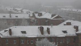 Het landschap van de de winterstad met een zware sneeuwval stock videobeelden