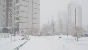 Het landschap van de de winterstad tijdens sneeuwval in Moskou, Rusland stock videobeelden