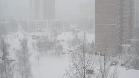 Het landschap van de de winterstad tijdens sneeuwval in Moskou, Rusland stock video