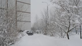 Het landschap van de de winterstad tijdens sneeuwval in Moskou, Rusland stock footage