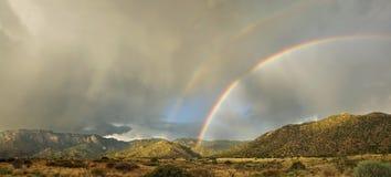 Het Landschap van de woestijn: Dubbele Regenboog over Bergen Stock Foto's