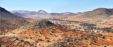 Het landschap van de woestijn en lokale landbouwgrond Stock Foto's