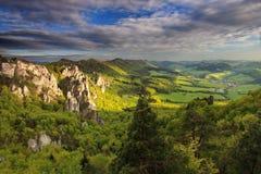 Het landschap van de zomer in bergen en donkerblauw Royalty-vrije Stock Foto's