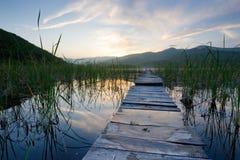 Het landschap van de zomer, een brug bij zonsondergang Royalty-vrije Stock Foto