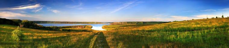 Het landschap van de zomer, groene gebieden, de blauwe hemel Stock Foto's