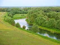 Het landschap van de zomer. Kleine rivier Stock Foto