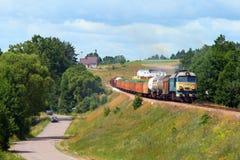 Het landschap van de zomer met de goederentrein stock fotografie