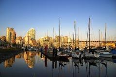 Het landschap van de zomer met gebouwen en boten Royalty-vrije Stock Afbeeldingen
