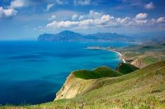 Het landschap van de zomer met het overzees en de bergen Stock Fotografie