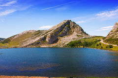 Het landschap van de zomer met meer Royalty-vrije Stock Foto