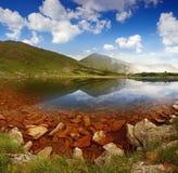 Het landschap van de zomer met meer in bergen Stock Afbeelding