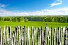 Het landschap van de zomer met omheining Stock Afbeelding
